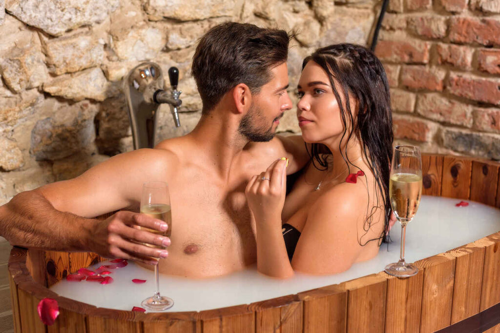 romantyczna kapiel z partnerem w piwnym spa